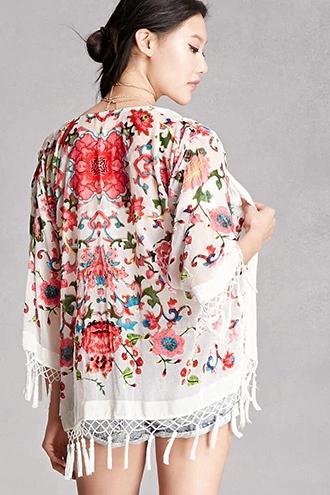 girl wearing Forever21 JayLey Floral Velvet Kimono